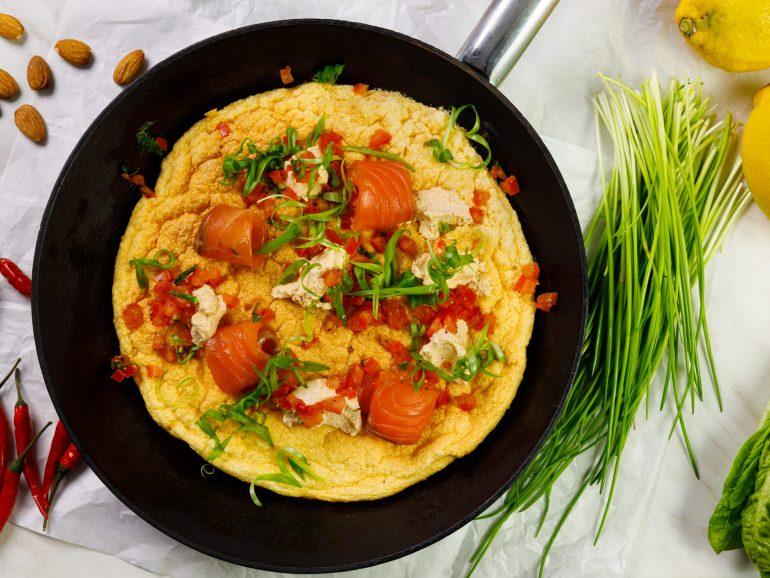 Omlet z pastą Simply V o smaku paprykowym i łososiem