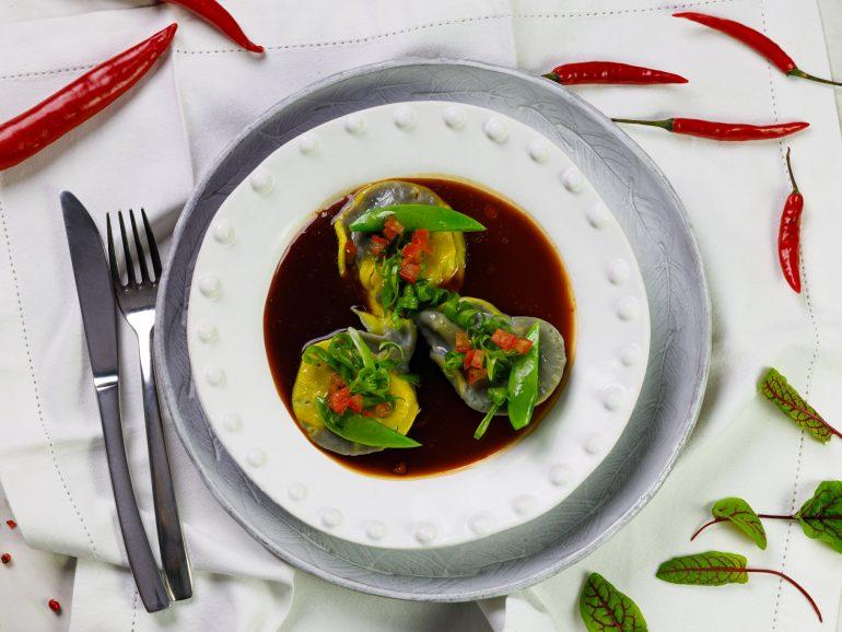 Pierogi włoskie z wegańskim mięsem mielonym i paprykowym nadzieniem