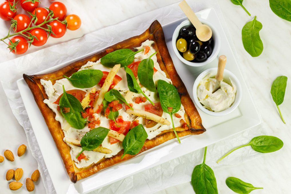 Pizza biała ze spreadem naturalnym SimplyV, szpinakiem i dodatkami 01_1