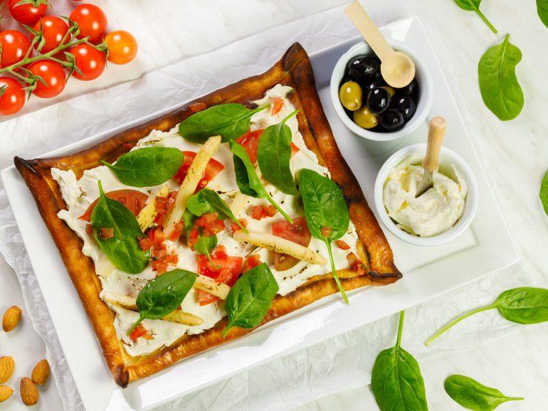 Wegańska pizza biała ze szparagami, salsą pomidorową i szpinakiem