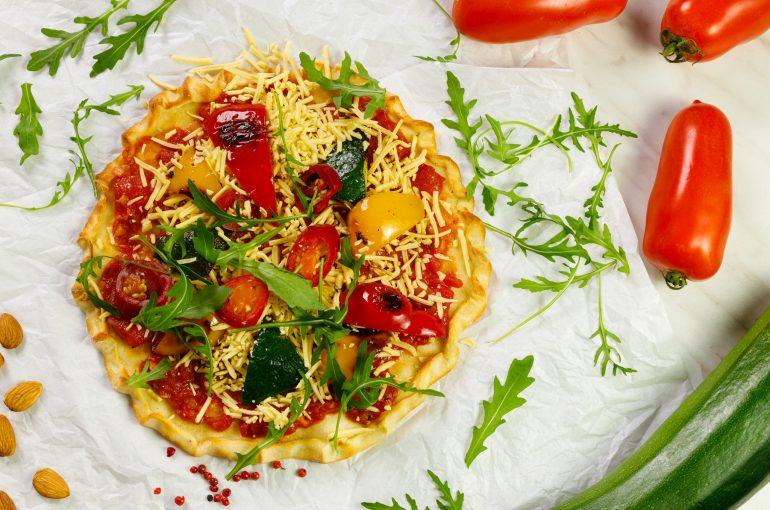 Pizza wegańska z wiórkami Simply V, pomidorową passatą i grillowanymi warzywami