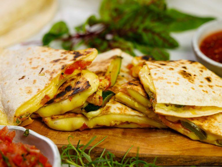 Bezglutenowa quesadilla wegańska z plastrami Simply V o smaku łagodnym, grillowanymi warzywami oraz salsą pomidorową