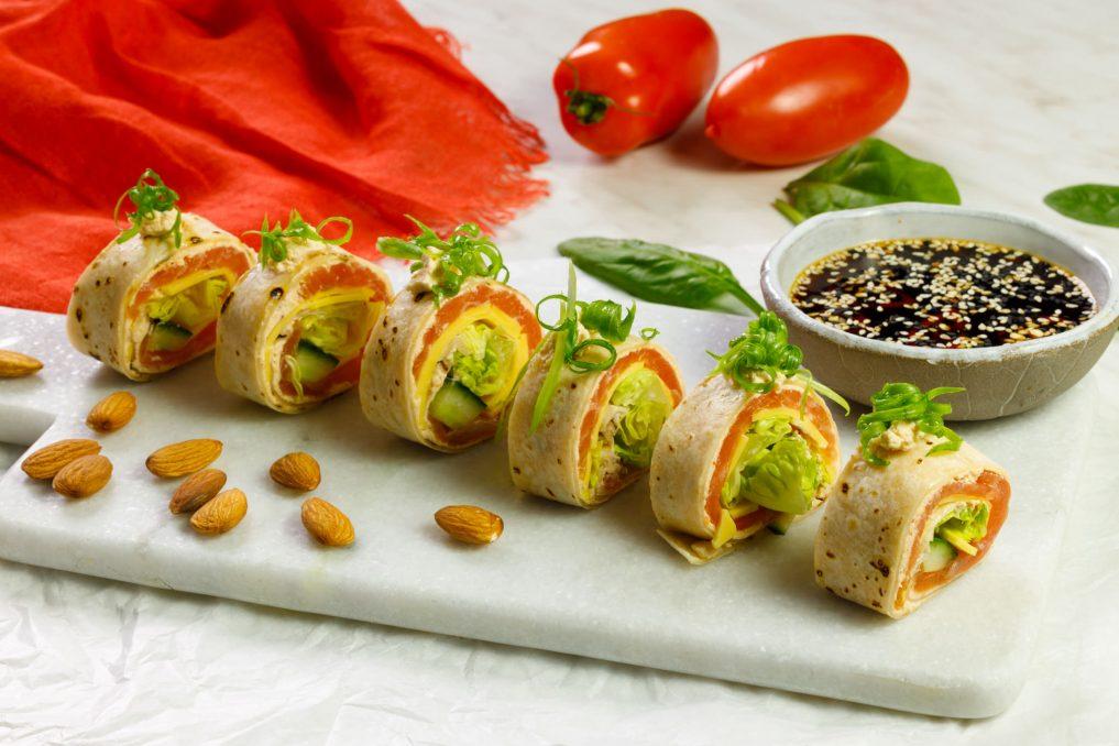 Sushi z tortilli z plastrami wyrazistymi SimplyV, łososiem i ogorkiem 01_1