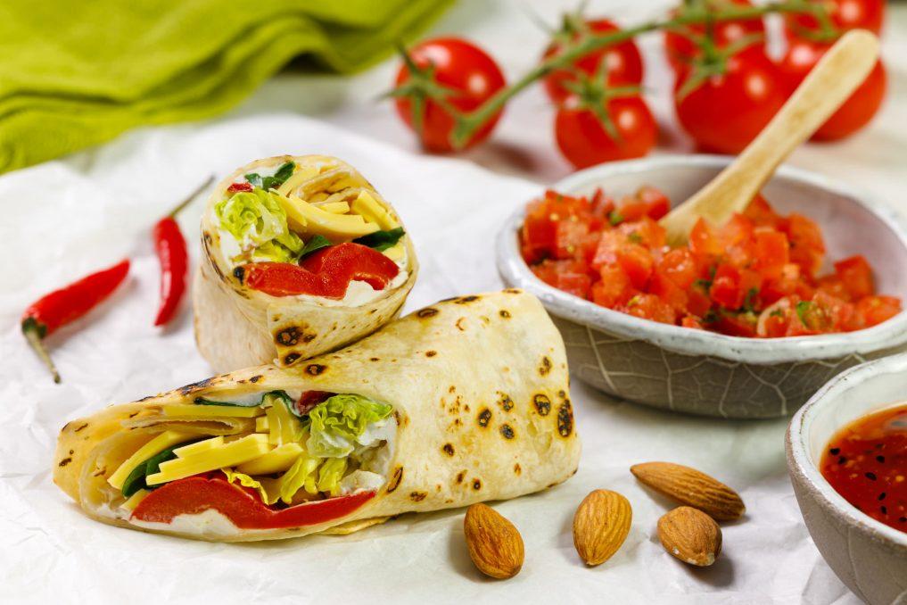 Wrap z plastrami wyrazistymi SimplyV, guacamole, rwaną sałatą i pomidorem 01_1
