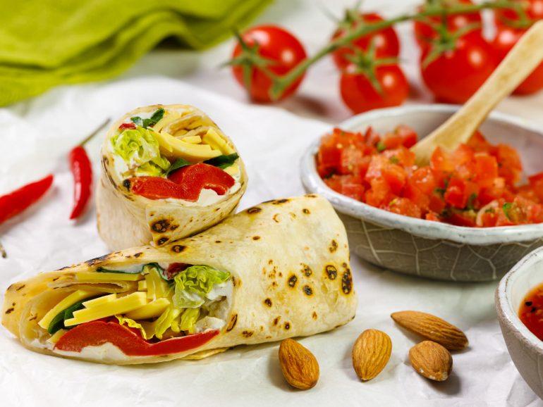 Bezglutenowy wrap wegański z plastrami Simply V o smaku wyrazistym, rwaną sałatą oraz salsą pomidorową i guacamole